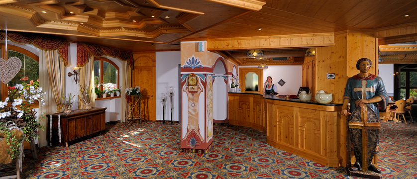 italy_dolomites_canazei_hotel-la-perla_reception.jpg